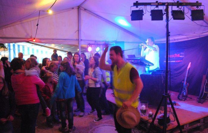 Musik und tanzende Menschen