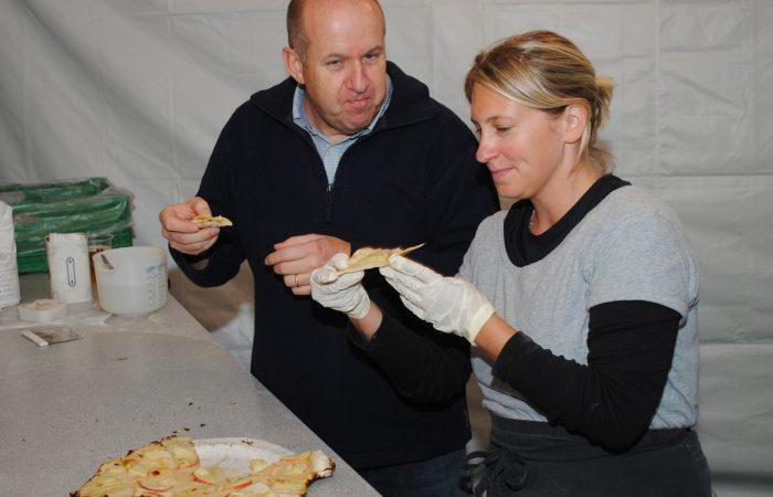 Menschen essen Pizza