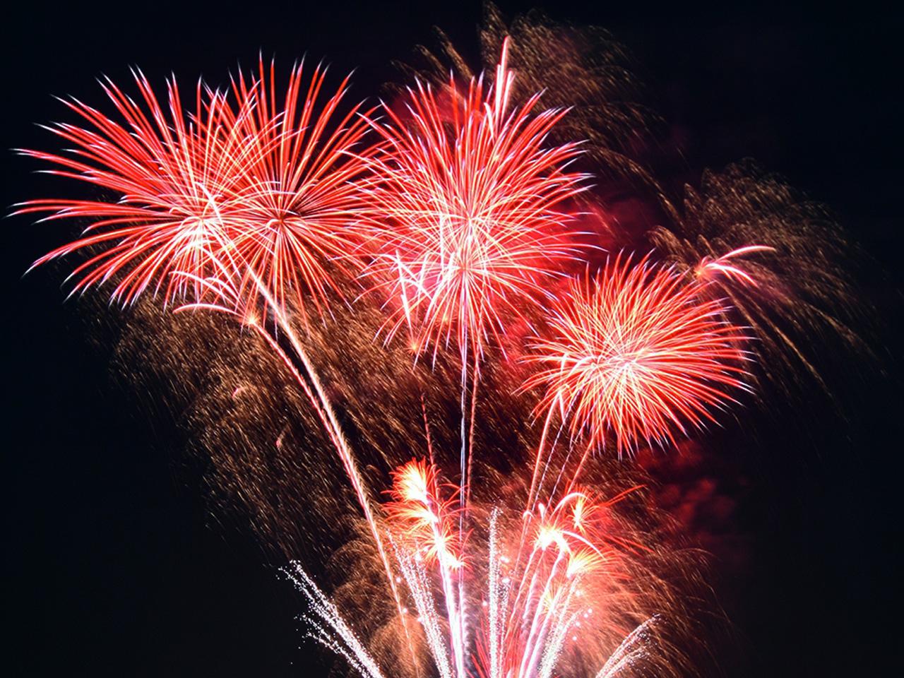 rotes Feuerwerk in dunkler Nacht