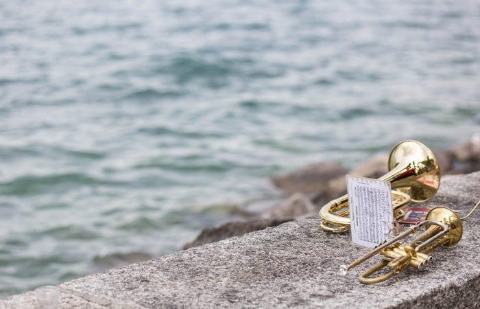 Instrumente liegen am See