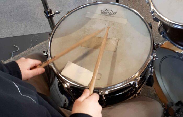 Schlagzeuger am Spielen