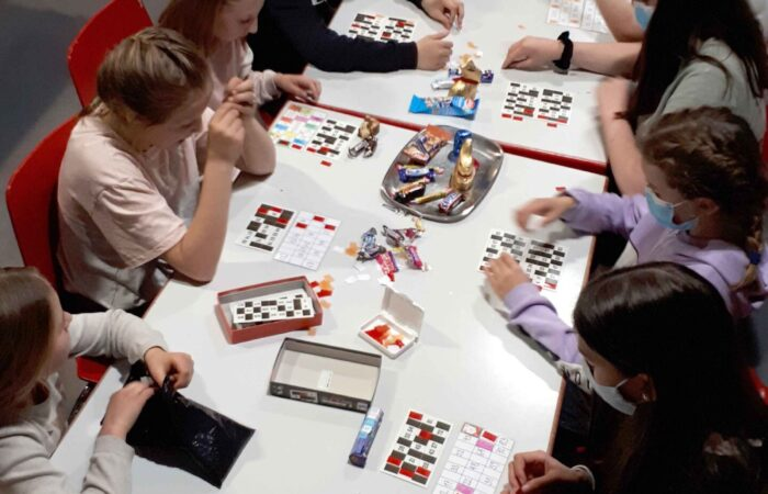 Jugendliche spielen Lotto