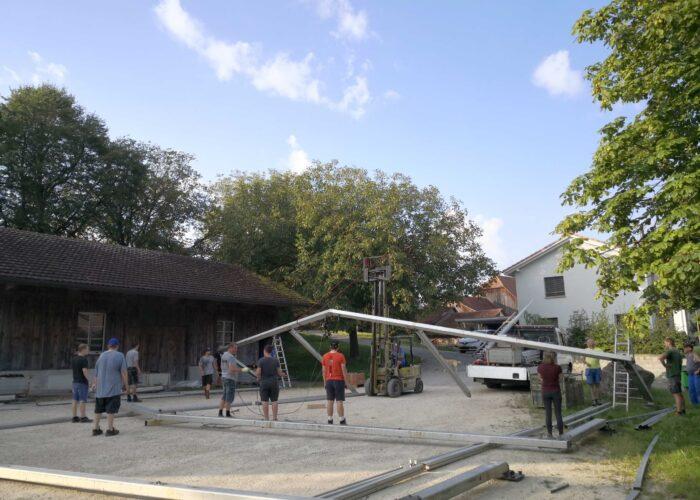 Das Zelt im Aufbau.